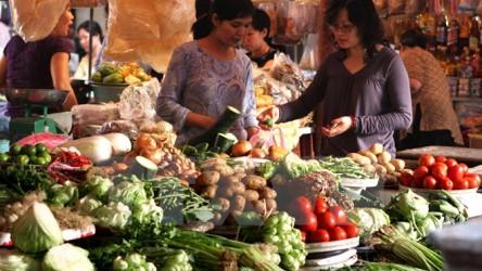 Người dân TP Hồ Chí Minh nỗ lực ứng biến với giá cả thị trường