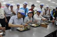 Phó Thủ tướng dùng bữa trưa 15.000 đồng cùng công nhân